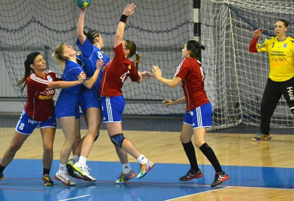 Echipa de handbal feminin a pierdut în compania liderului